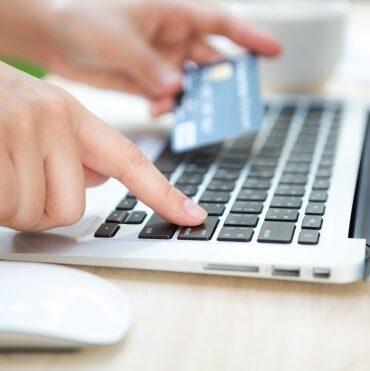 Čovjek plaća uslugu naručivanja iyrade veb sajta kreditnom karticom preko interneta